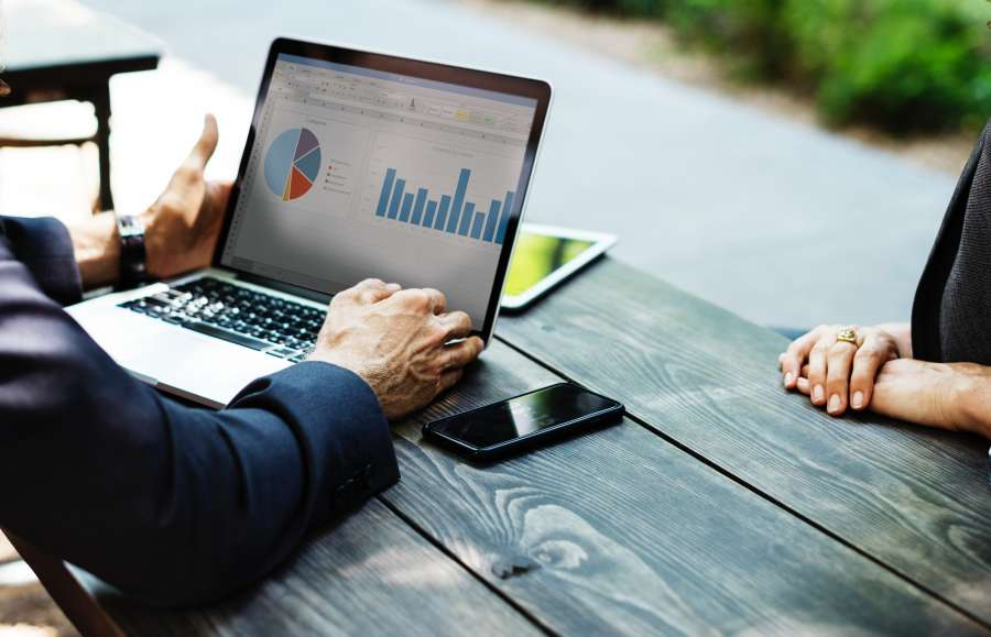 estadisticas, metricas, metrica, analisis, dos personas, escritorio, junta, reunion, data, datos, notebook, grafico, periodo, informacion, finanzas, negocios,