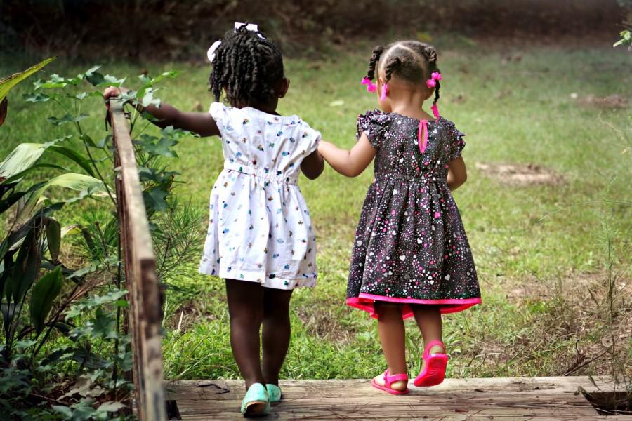 niñas, niños, kids, amigos, joven, feliz, la infancia, amistad, juventud, la felicidad, inocencia, humana, jugando, naturaleza, al aire libre, peinado, trenzas, de la mano, amigas