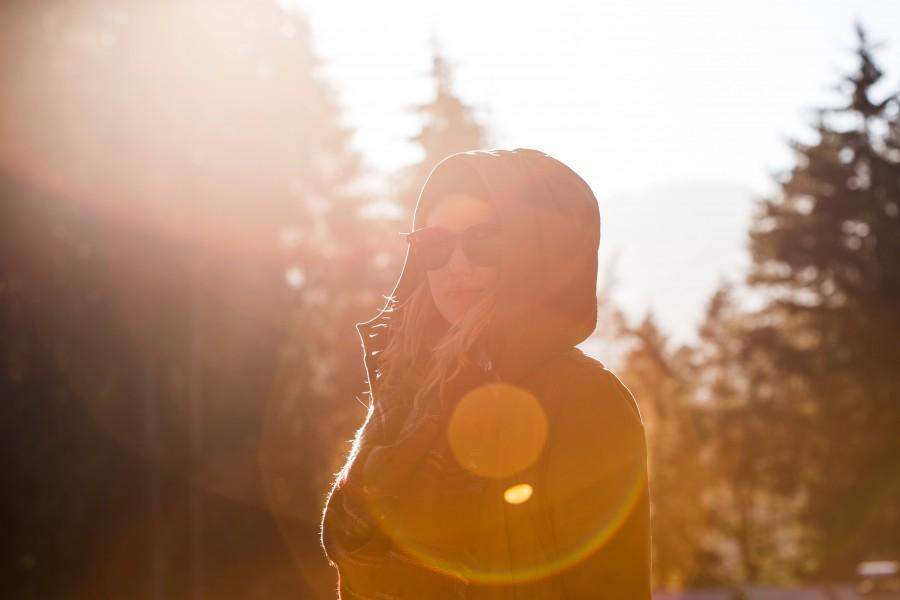 mujer, bosque, atardecer, gente, una persona, 20 años, joven, libertad, reflejo, rayo de sol, viajar, vacaciones, aire libre, dia, exterior, lentes de sol, fondos de pantalla hd, fondos de pantalla 4k