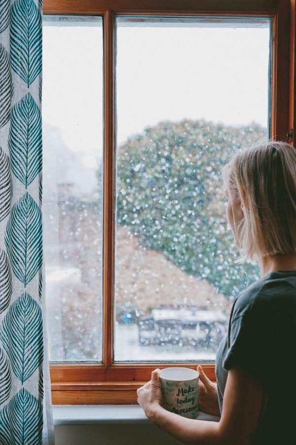 mujer, interior, taza, cafe, bebida, caliente, invierno, ventana, joven, nieve, esperar, contemplar,