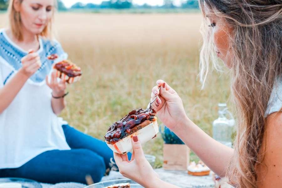 picnic, comida, comer, exterior, dos personas, gente, mujer, joven, amigos, actividad, salida, aire libre, pancake, mermelada,
