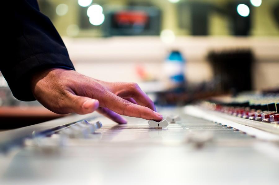 consola, musica, dj, grabacion, grabar, sonido, boton, mano, hombre, trabajo, interior, fuera de foco,