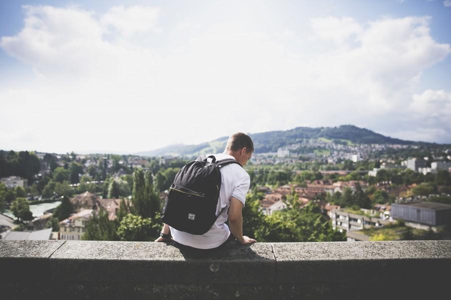 una persona, gente, hombre, mirando, horizonte, paisaje, joven, adulto, corniza, mochila, vacaciones, viajar, viaje,