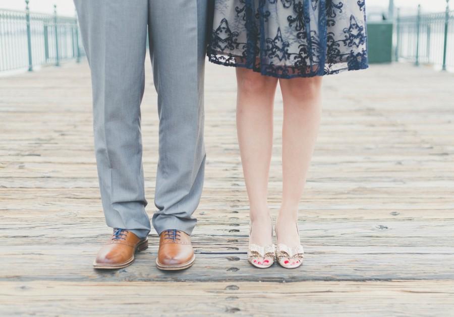 dos personas, pareja, hombre, mujer, vista de frente, elegante, vestido, zapatos, exterior, concepto, parte del cuerpo, pierna, piernas, amor