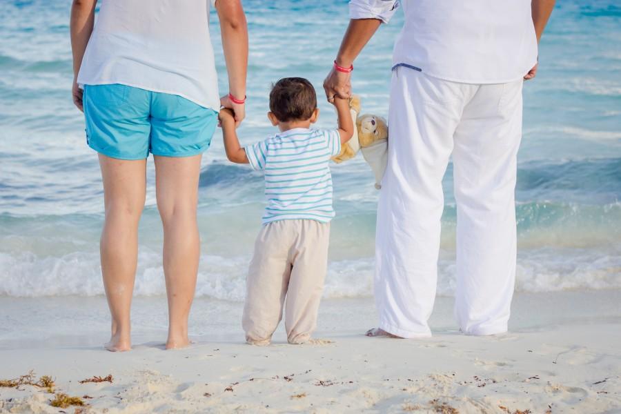 familia, unión, amor, ternura, hijo, padres, mamá, papá, de las manos, playa, mar, vacaciones familiares, niño, oso de peluche