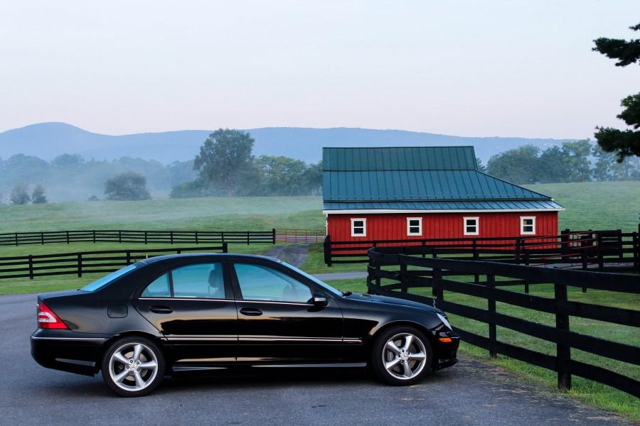 granja,casa,auto,coche,carro,negro,campo,escena rural,moderno,contraste,parking,estacionamiento,exterior,nadie,dia,