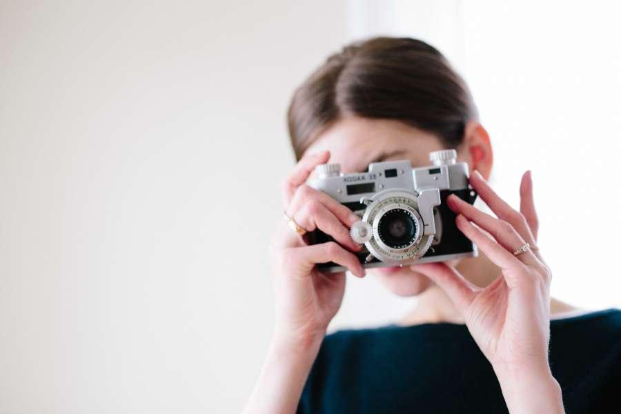 una persona, mujer, fotografia, fotografa, camara, primer plano, tomando, vintage, antiguo, enfoque, apuntar, disparo, lente, objetivo,