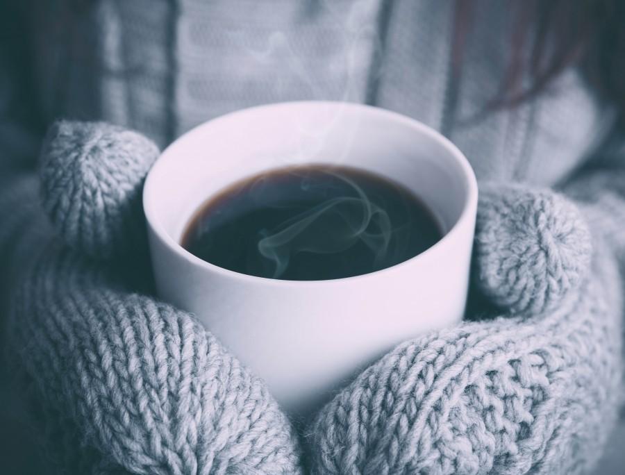 una persona, gente, mujer, guantes, guante, tejido, lana, frio, cafe, taza, bebida, caliente, invierno, concepto,