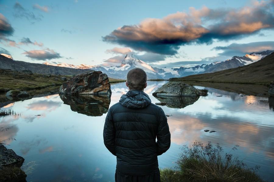 una persona, gente, hombre, mirando, lago, horizonte, paisaje, joven, adulto, vacaciones, viajar, viaje, montaa, invierno, campera,