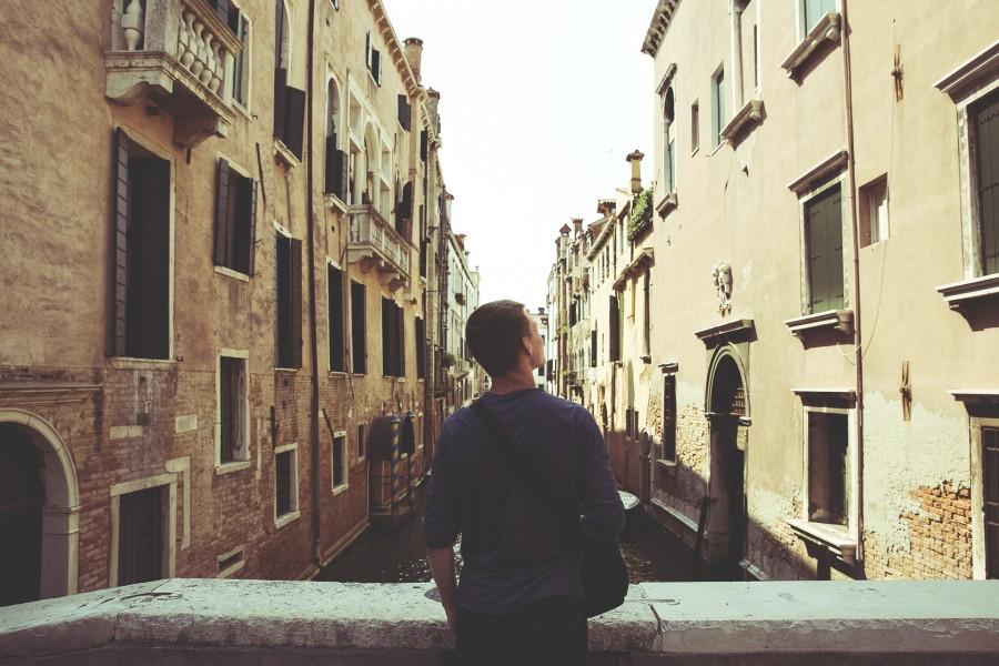 una persona, gente, hombre, mirando, rio, horizonte, paisaje, joven, adulto, vacaciones, viajar, viaje, urbano, europa, canal,