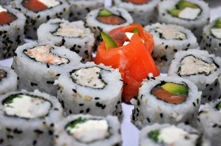 Sushi, Comida, Comida Japonesa, Salmon Rosado, Salmon, Palta, Aguacate, Arroz, Comidas y bebidas, Plato, Grupo grande de objetos,