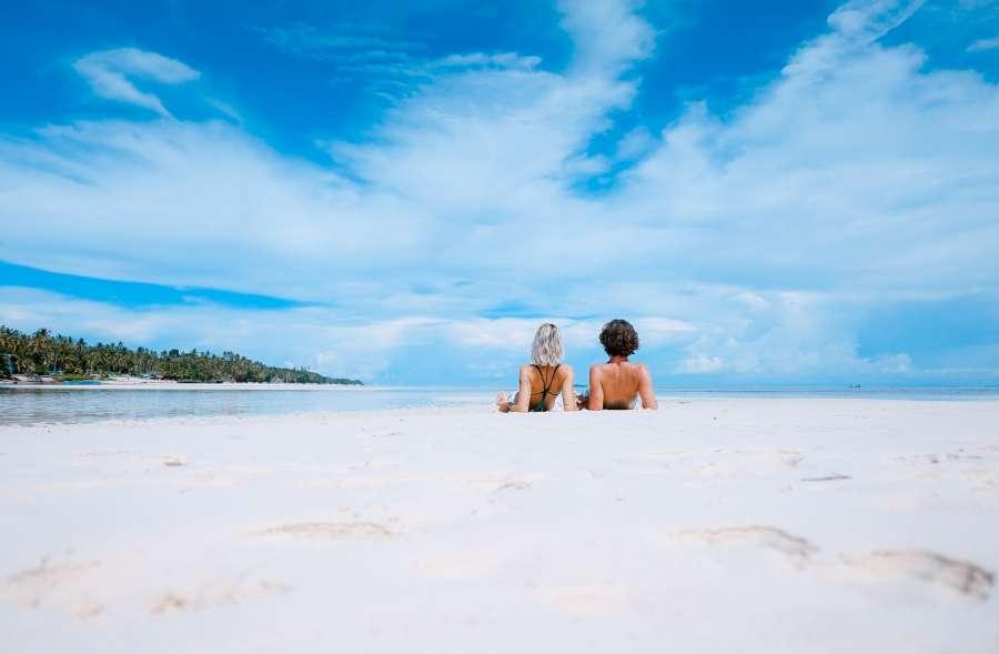 pareja, amor, vacaciones, viaje, tropical, arena, playa, blanco, dos personas, dia, exterior, caribe, verano, calor, joven, relax, tranquilidad, descanso,