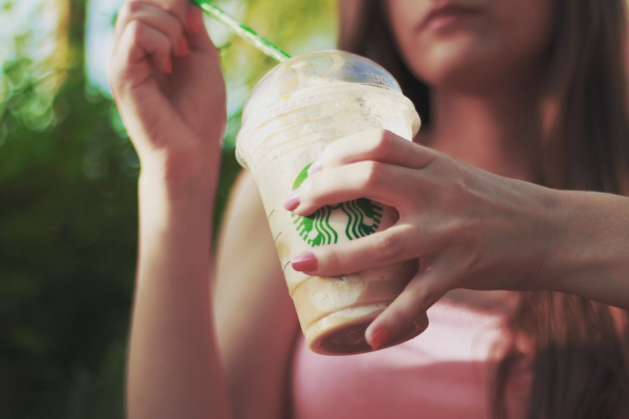 una persona, gente, mujer, joven, bebida, cafe, tomar, tomando, exterior, frescura, moderno,