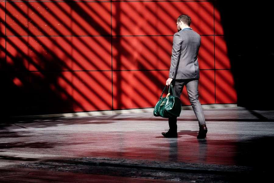 hombre, negocios, traje, elegante, trabajo, exterior, caminar, bolso, cuero, bolsa, hombre de negocios, profesional,