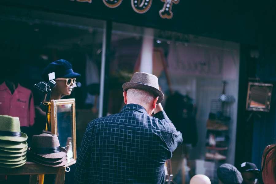hombre, adulto, 50 años, turista, turismo, vacaciones, viaje, sombrero, moda, elegante, fashion, destino, exterior, caminar, comprar,