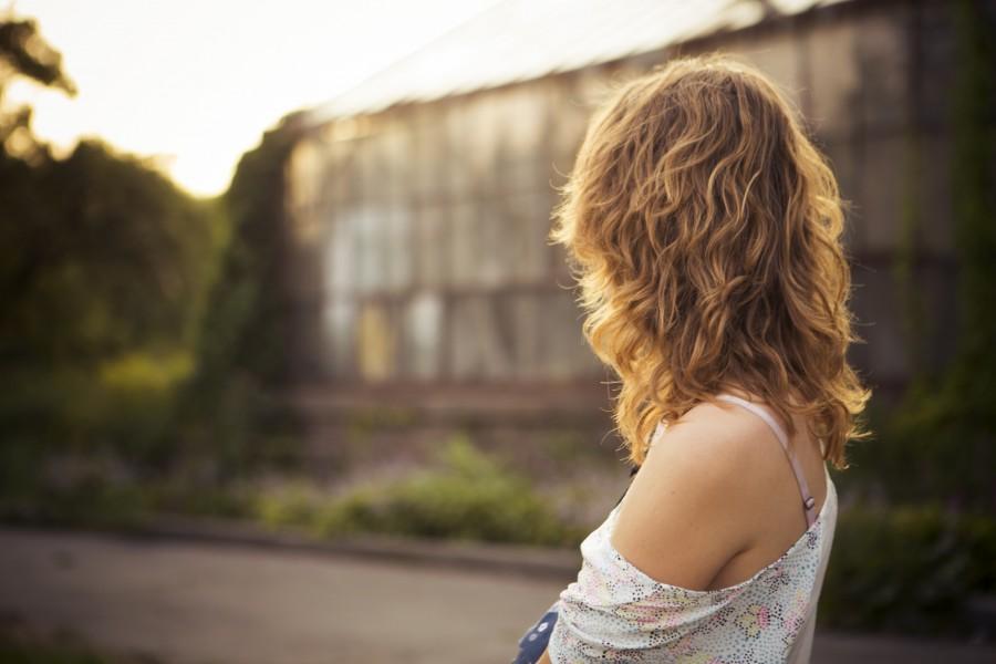 una persona, gente, mujer, rubio, rubia, cabello, exterior, jardin, atardecer, hombro,  belleza, cabello, dorado, 20 años,
