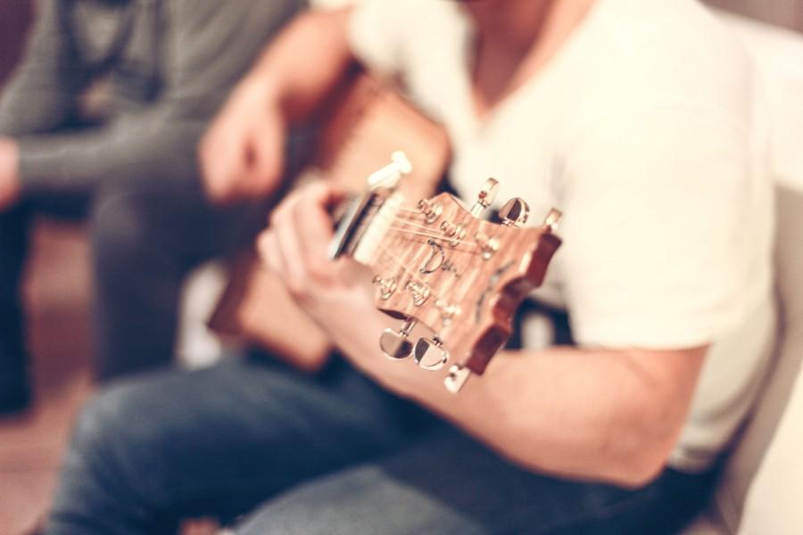 una persona, interior, gente, hombre, tocando, tocar, guitarra, instrumento, musica, cancion, cantar,