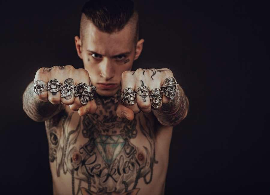 hombre, joven, tatuaje, actitud, anillo, rock, heavy metal, puño, concepto, golpe, mirada, serio, pandilla