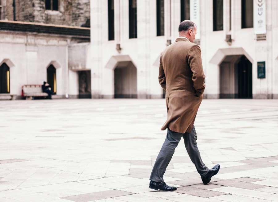 hombre, caminando, ciudad, urbano, traje, saco, invierno, adulto, mayor, marron, 50 años,