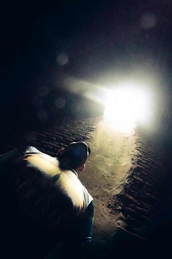 una persona, gente, hombre, luz, mirando hacia arriba, final, terror, concepto, miedo, superacion, depresion, tristeza,