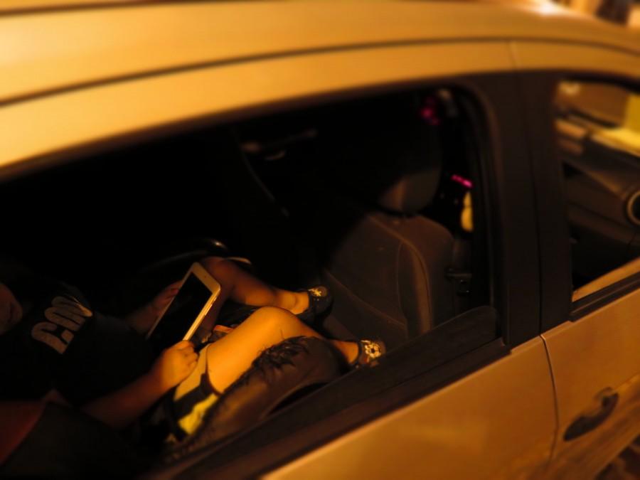 niño, tablet, una persona, auto, coche, carro, jugar, juego, jugando, tecnologia, dispositivo, multimedia, niñez,