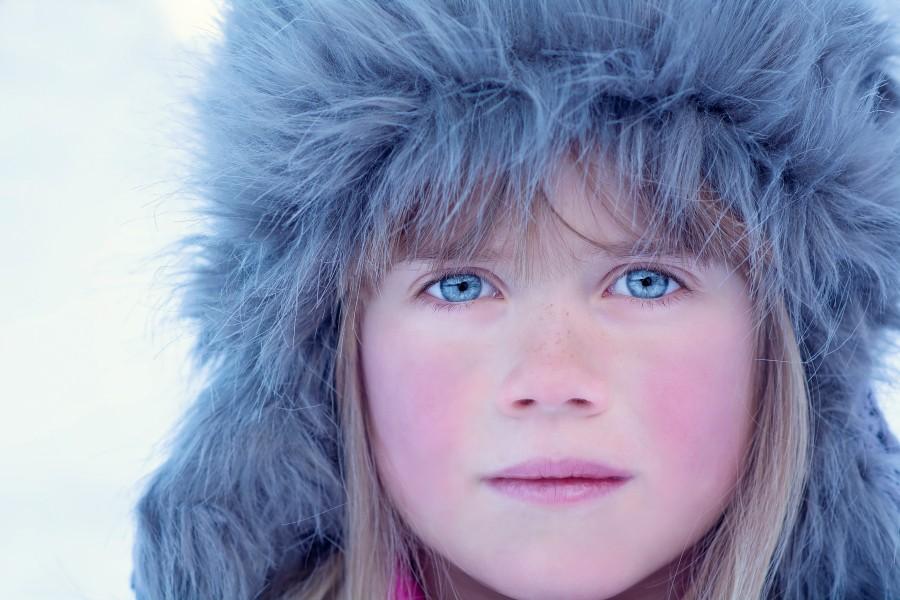 una persona, gente, niña, sombrero, piel, abrigo, rostro, invierno, nieve, exterior, cara, ojos, celestes, azules, azul, celeste, mirada, inocencia,