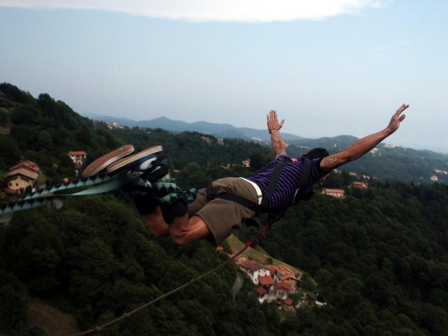 una persona, gente, hombre, joven, adulto, salto, saltar, saltando, deporte, extremo, peligro, bungee, adrenalina, aire libre, exterior, montaña,