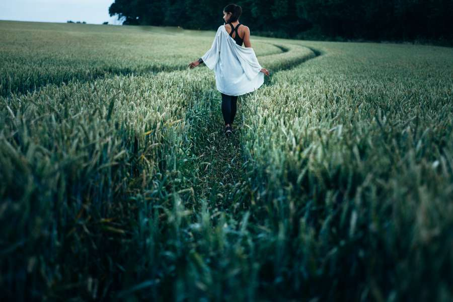 mujer, joven, caminando, exterior, caminar, campo, camino, aire libre, actitud, viaje, una persona, libertad, concepto, gente,