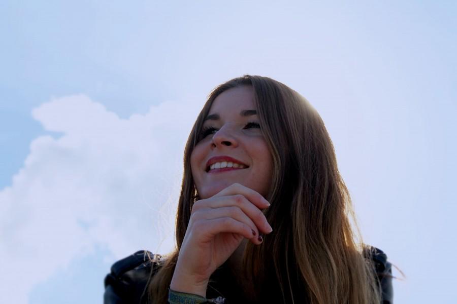 mujer, sonrisa, joven, 20 años, alegria, felicidad, verano, exterior, cielo, rostro, sonreir, gesto,
