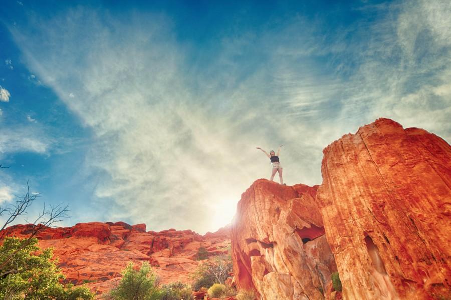 Explora, Chica, Paisaje, Naranja, Rojo, Cielo, Deporte, Viajes, Vegas, Turismo, aventura, azul, arte corporal, nubes, exploracion, la naturaleza, aire libre, una persona, roca, rocas, rojo, viajar, caminata, senderismo, viaje, dia, libertad, concepto,