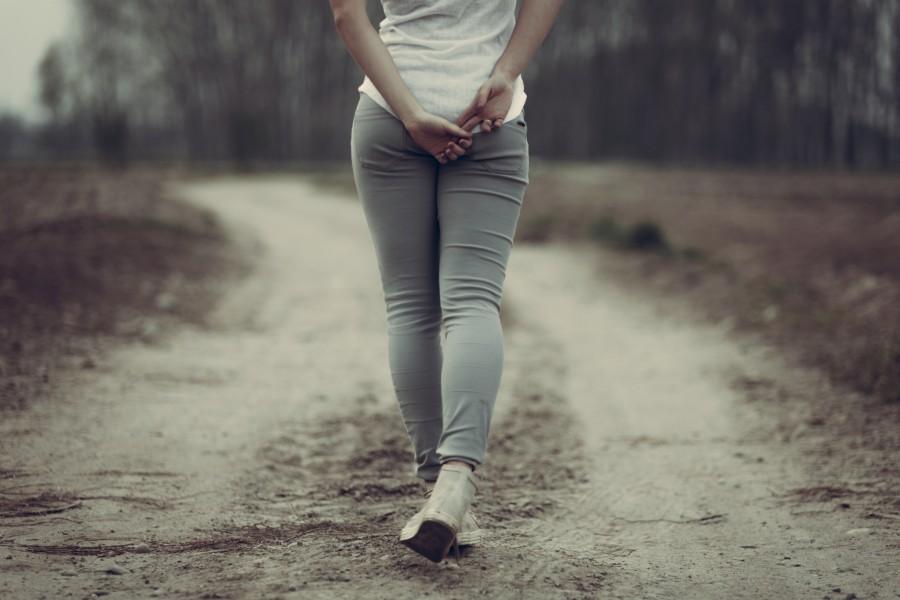 Moda mujer caminando por un camino rural — Foto de stock © ampack ...