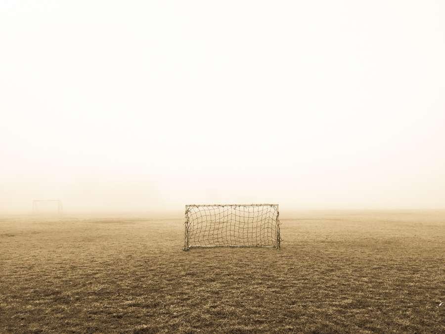 arco, cancha, futbol, cesped, exterior, niebla, nadie, campo de juego, deporte, porteria,