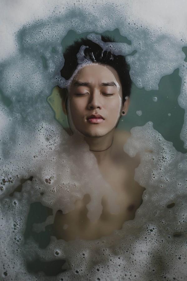 una persona, gente, hombre, bao, relax, ducha, baarse, aseo, limpio, burbujas, flotar, flotando, tranqulidad, joven, adulto, 20 aos, ojos cerrados, rostro, meditacion, meditar, tranquilidad, serenidad,