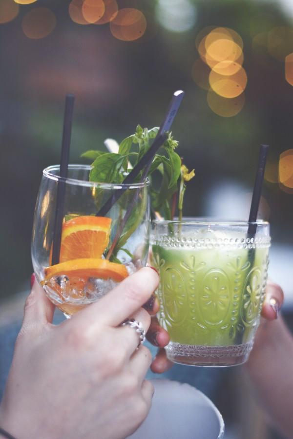 saludos, bebidas, amistad, celebración, brindis, amigas, bebida, al aire libre, mojito, menta, naranja, rodajas, tragos, copas, manos, mujeres, chicas, efecto bokeh