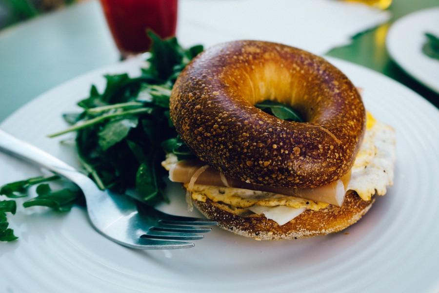desayuno, bagel, jamón, huevo, sándwich, merienda, tostada, almuerzo, gourmet, comida, ensalada, arreglado, horquilla, decorativas, placa, sabroso, fresco, por la mañana, plato, casero, comidas y bebidas