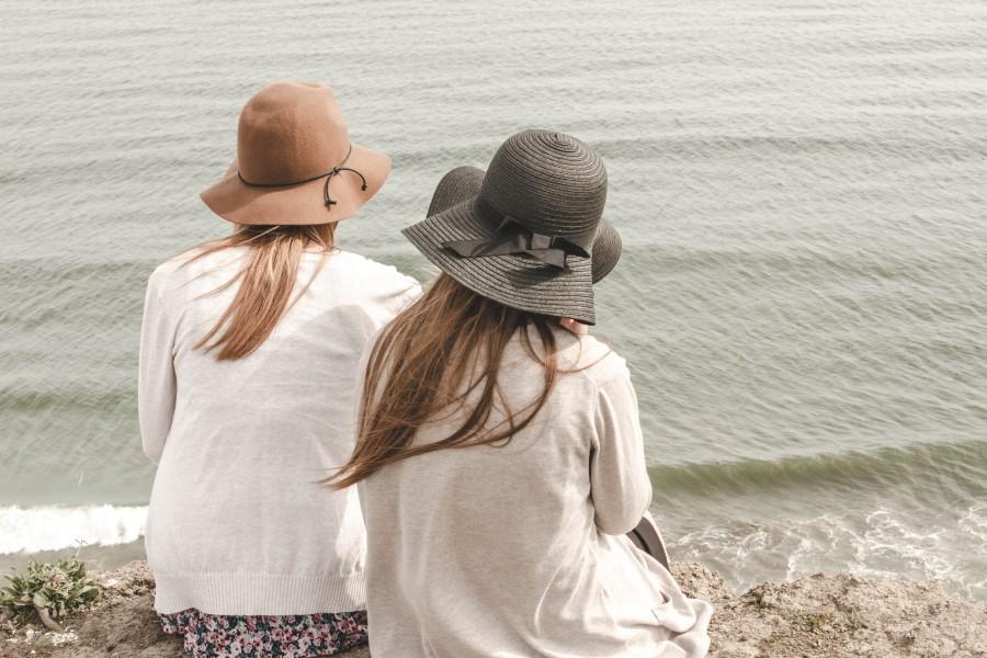 dos personas, gente, mujer, mujeres, joven, adolescente, dia, playa, costa, sombrero, hermana, hermanas, tiempo libre, exterior,