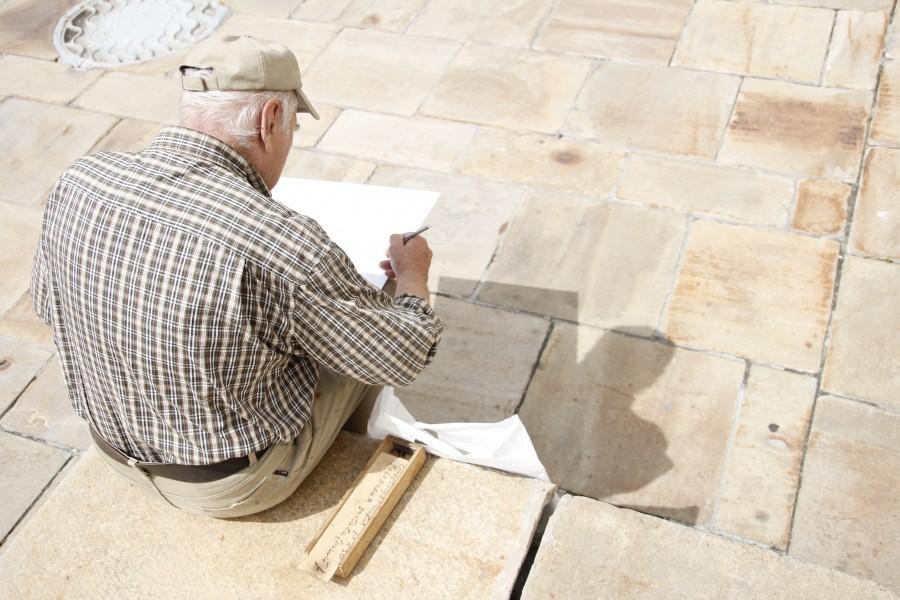 hombre, anciano, 70 años, plaza, aire libre, escribir, escribiendo, actividad, dia, dibujo, pintura, pintando,