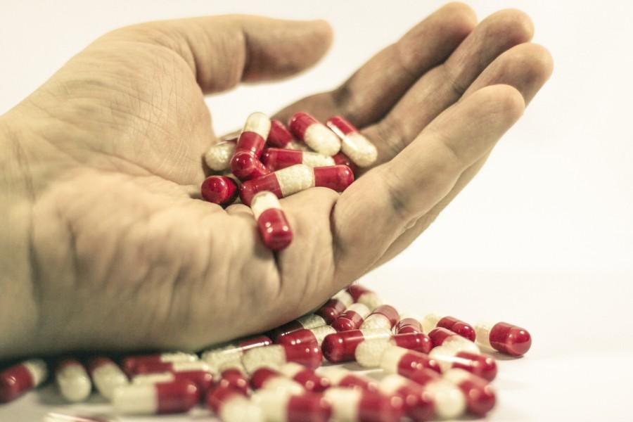 pastilla, pastillas, pildoras, pildora, medicamento, medicina, fondo  blanco, adiccion,  salud, industria, quimico, mano, hombre,