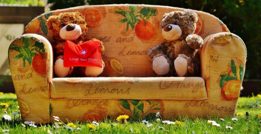 peluches, osos, ositos, cariño, cariñoso, tierno, ternura, adorable, dulce, dulzura, amor, dia de los enamorados, san valentin, dia de la madre, te amo mamá, regalo, obsequio, presente, sillón, motivo frutal, verde, césped, imagenes de amor, imagenes para mama, madre, te amo