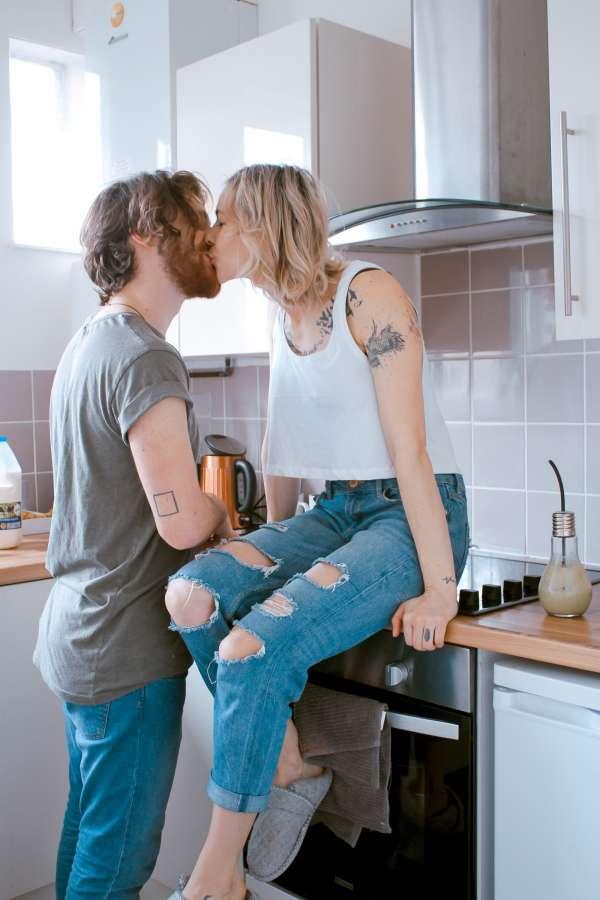 pareja, joven, dos personas, amor, interior, cocina, besor, hombre, mujer, cario, novios, matrimonio,