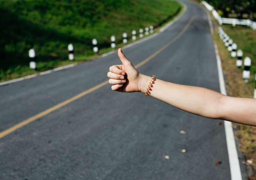 viaje, viajar, pulgar, dedo, aventon, llevar, ruta, carretera, exterior, vacaciones, joven, mujer, transporte, solitario, concepto, destino,