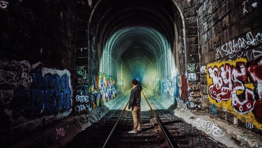 una persona, gente, hombre, joven, via, tren, vias, graffiti, tomando foto, adolescente, graffity, tunel, iluminar, iluminacion,