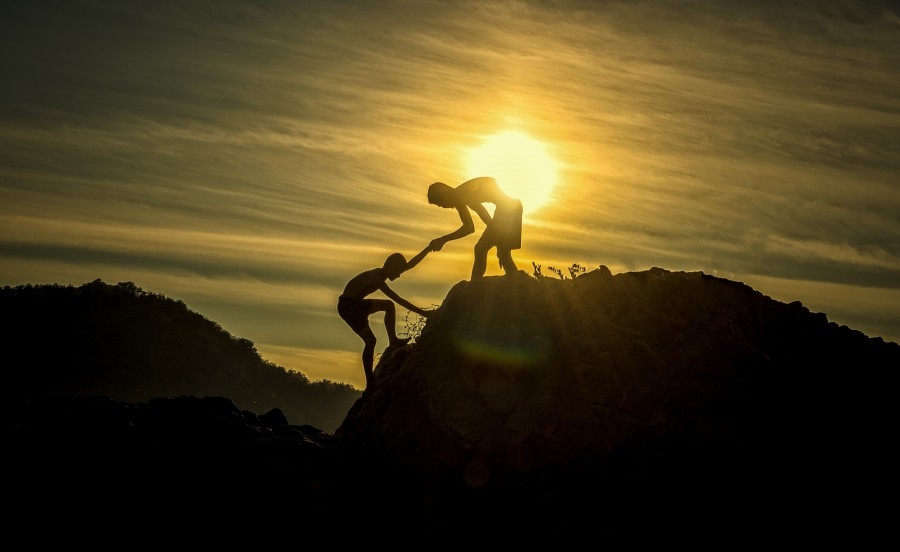 aventura, altitud, arma, ayuda, atleta, chicos, desafío, precipicio, subida, enredaderas, escalada, compañero, notable, ejercicio, extremo, amigo, amistad, manos, ayuda con, excursionista, holdings, inspiración, de los hombres, motivación, montañas, alpinista, movimiento, naturaleza, al aire libre, asociación, inclinación, pico, para relajarse, rescate, roca, silueta, cielo, deportes, fuerza, éxito, amanecer, puesta del sol, trabajo en equipo, geografía, gira, turistas, victoria, ganadora, jóvenes