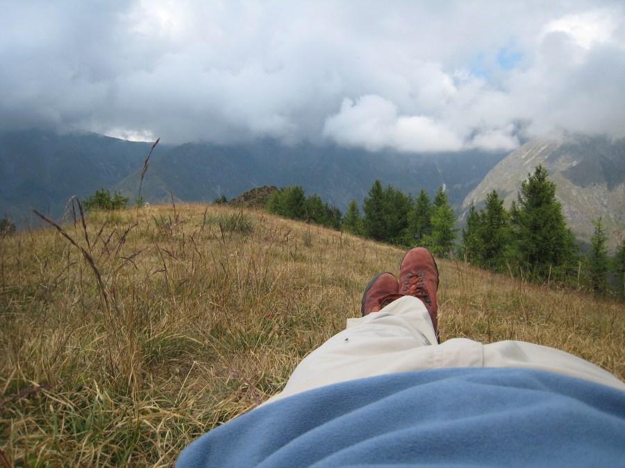 una persona, gente, hombre, paisaje, montaña, relax, pie, pies, zapato, cuero, acostado, recostado, tranquilidad, exterior, aire libre, tiempo libre, adulto, vacaciones,