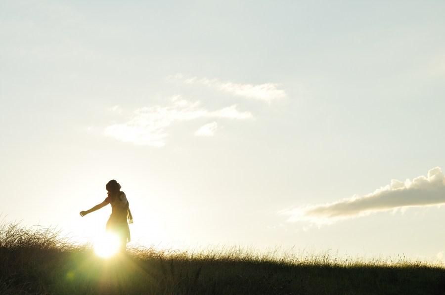 Una persona, mujer, brazos abiertos, libertad, puesta de sol, Ocaso, exterior, naturaleza, Concepto, atardecer, campo, liberacion, felicidad, alegria, naturaleza, ocio,