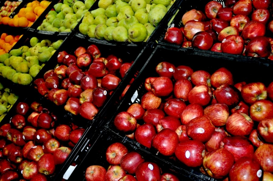 supermercado, comercio, fruta, frutas, venta, manzana, manzanas, pera, peras, rojo, estante, gondola, interior, nadie,