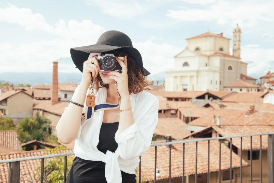 una persona, gente, mujer, vacaciones, turismo, fotografia, foto, fotografo, exterior, joven, belleza, elegante, paisaje urbano, camara, tursita, sombrero, fotografia, fotografiar, europa, viaje, vivjar, elegante,