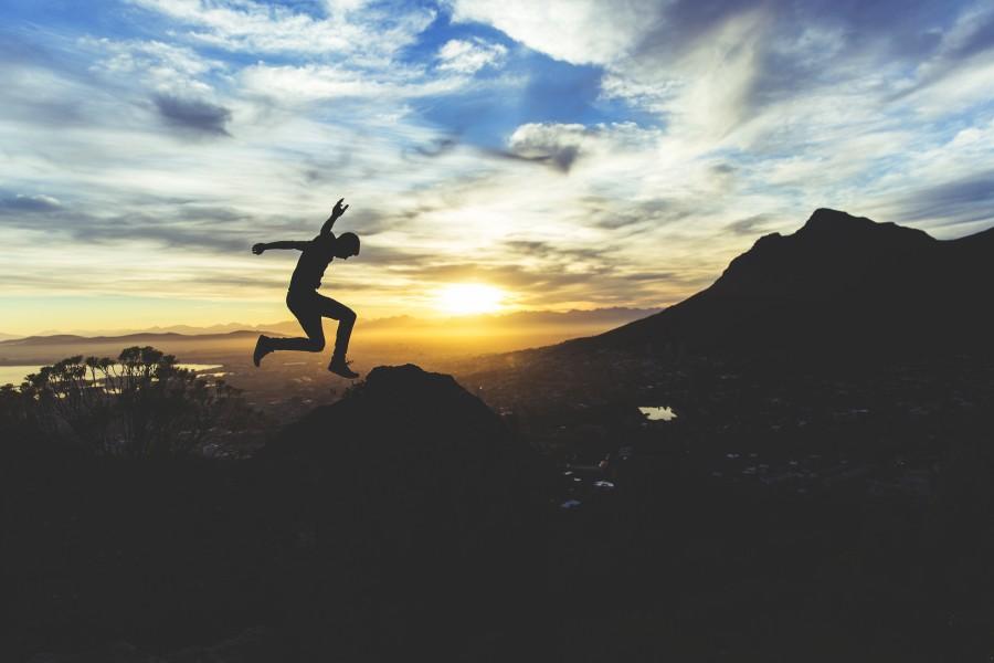 una persona, gente, hombre, joven, adulto, alegria, felicidad, libertad, saltar, salto, saltando, atardecer, ocaso, puesta de sol, vacaciones, viajar, viaje,