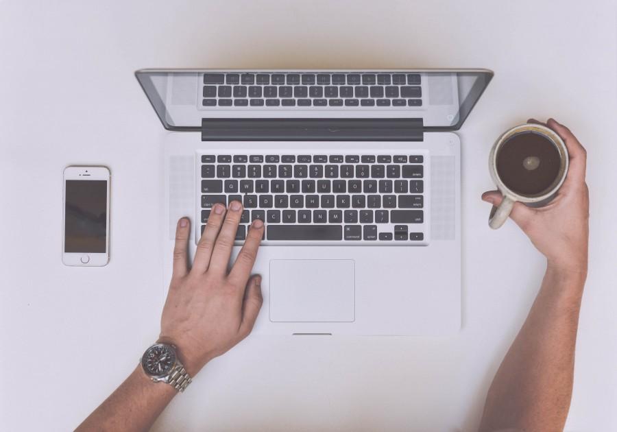 Imagen De Hombre Con Laptop Tomando Cafe 【foto Gratis