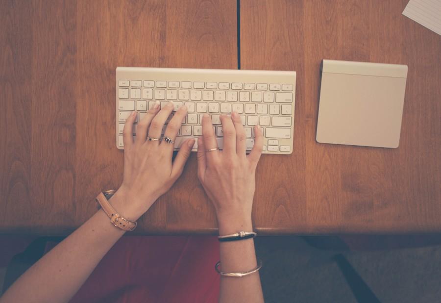 Joyeria, mujer, trabajo, manzana, parte del cuerpo, negocio, ordenador, escritorio, dedos, manos, teclado, mac, marketing, metal, papel, anillo, anillos, medios sociales, marron anaranjado, tecnologia, trackpad, mecanografia, reloj , madera, trabajo,